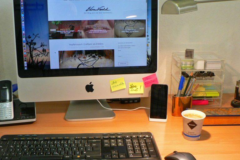 Apropos …. Schreibtisch und Kaffeemaschine