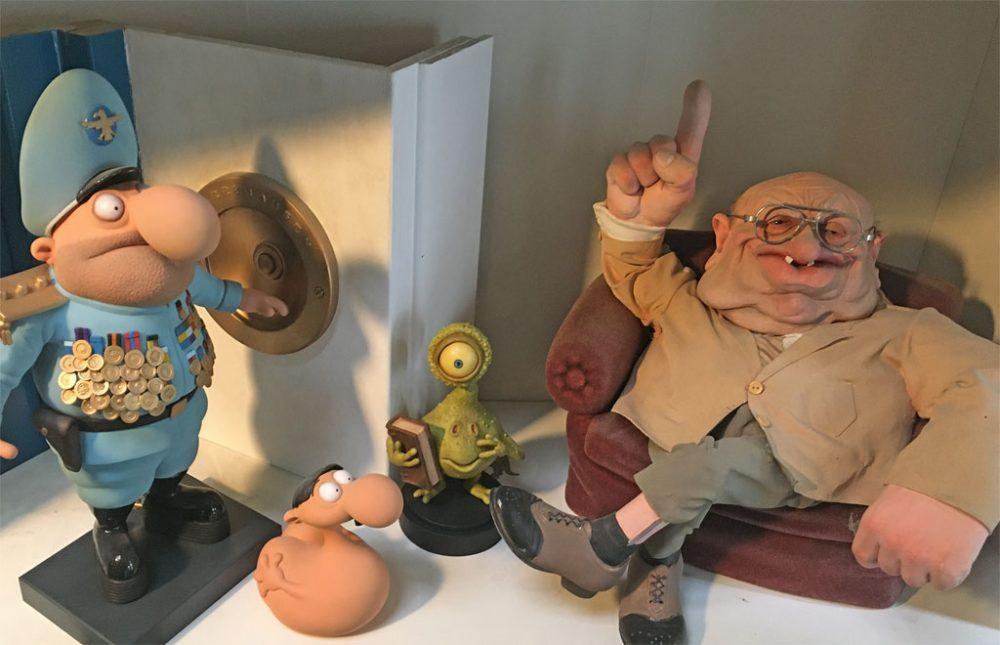 Puppen im Regal der Werkstatt von Puppenbauer Carsten Sommer in Ehrenfeld