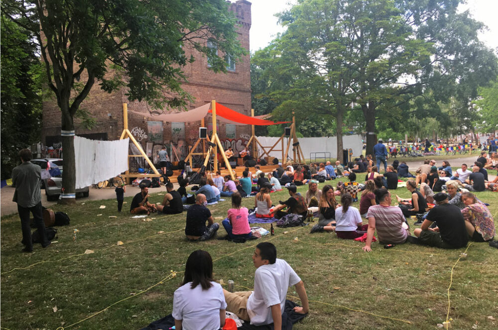 Begegnungen beim KulturFleck im Ehrenfelder Leo-Amman-Park: in kleinen Gruppen und mit Abstand